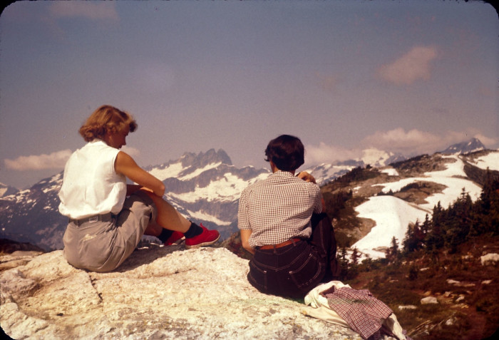 5. The retro fashion and Cascade mountains in the background make this photo from 1956 so awe-inspiring.