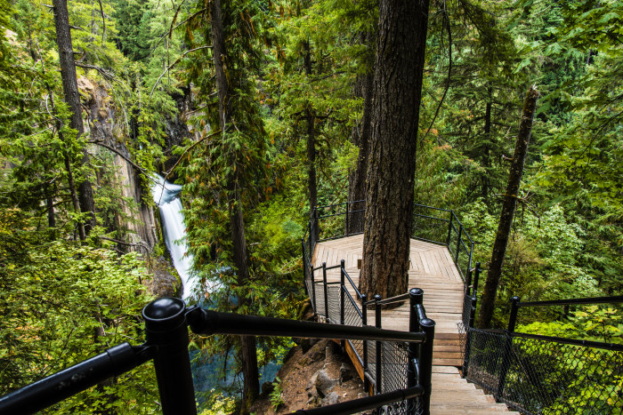 At the end of the short half-mile hike you'll find the observation platform, which offers stunning views of the waterfall: