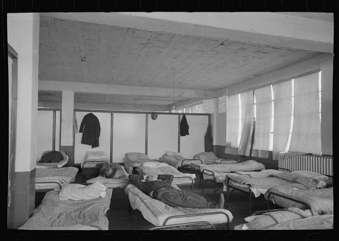 4. This photo shows the crowded dormitory of the homeless men's bureau in Sioux City.