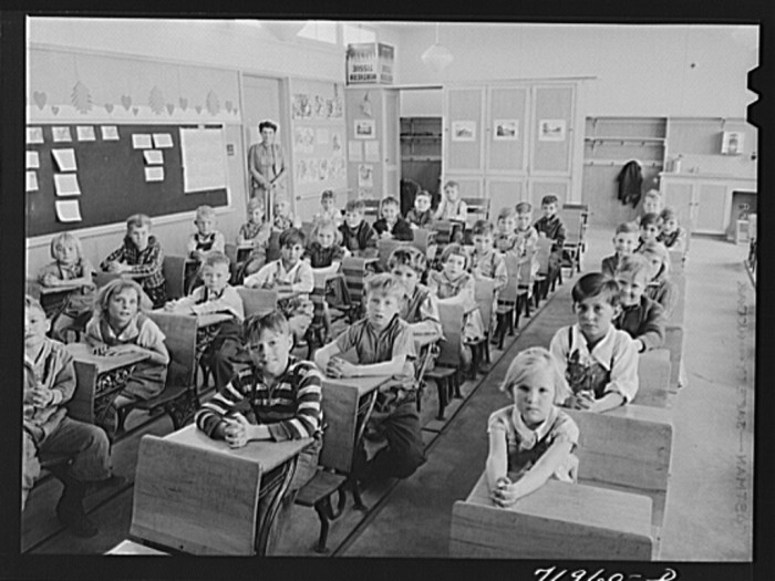18. Here are some students inside one of the classrooms of the Farm Security Administration schools in Eleven Mile Corner in Pinal County (1942).