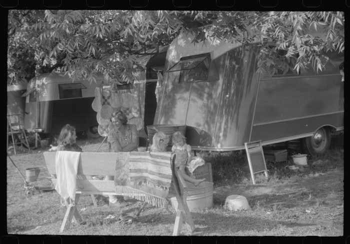 8. A trailer camp in Childersburg. Many workmen and their families living here are either waiting for job openings or already have jobs at the nearby powder plant - May 1941.