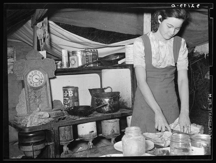 3. People made do with the little kitchen space they had. (Harlingen 1939)