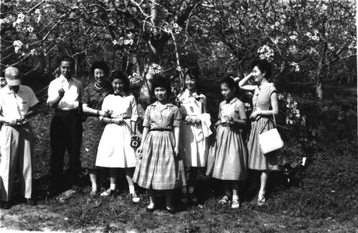 9. Here's a moment captured of Japanese immigrants in Louisiana.