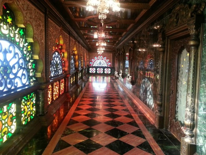 The palace has 31 stained glass windows as well as crystal chandeliers and mirrored ceilings. It has 52 kinds of marble and onyx from Europe, Asia and Africa.