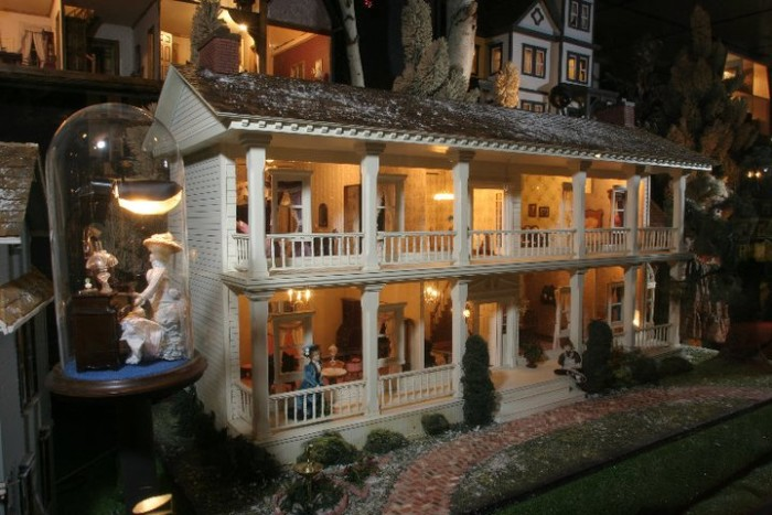 "5. This house has tons of doll houses. That's very ""meta."""