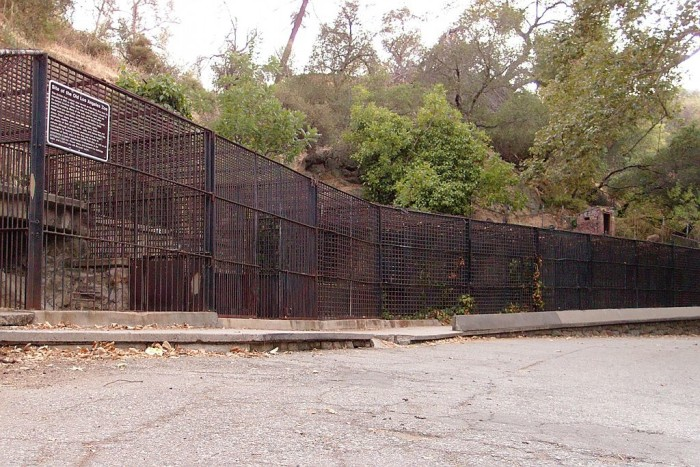 1024px-Cages_at_griffith_park_zoo