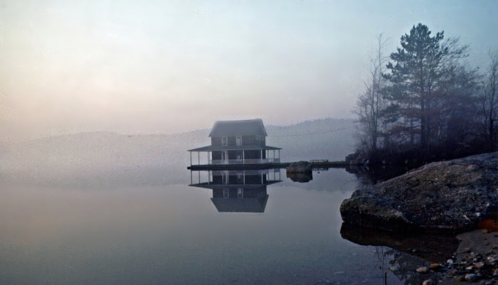 1. This little lake house looks like something out of a fairy tale.