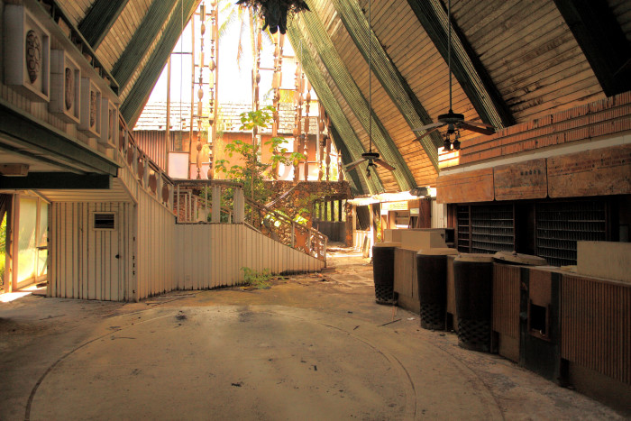 7) The Cocoa Palms Resort, located on Kuhio Highway in Wailua, was once a luxurious vacation destination popular among Hollywood movie stars and other celebrities in the 1950s. The resort was hit by Hurricane Iniki in 1992, and has been abandoned ever since. However, there are plans to restore, and the resort could reopen its doors as early as 2017.