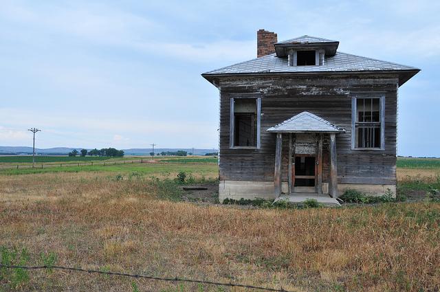 Little abandoned house on the prairie - creepy houses in south dakota