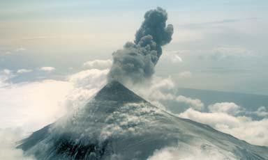 Shishaldin_Volcano_eruption_1999