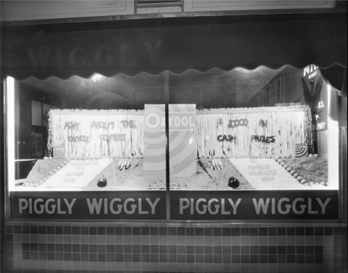 5. Piggly Wiggly window display, 1933.