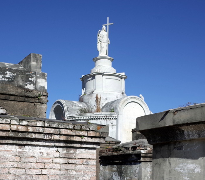 16) St. Louis Cemetery No. 1