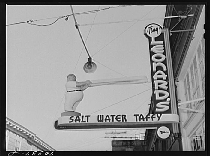 17. Leonard's Salt Water Taffy store in Seaside, 1941.  You can still find tons of amazing salt water taffy in Seaside!