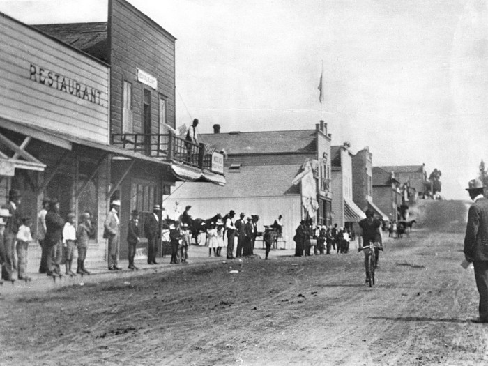 12. San Pedro in 1907 on a commercial stretch of Beacon Street between 5th and 6th Street.