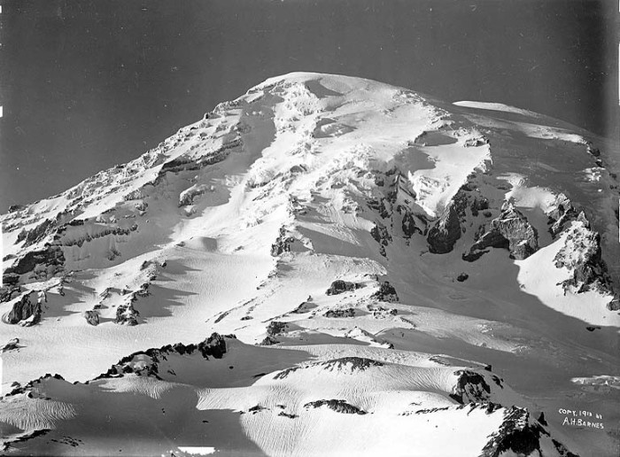 3. A sunset over the summit of the iconic Mount Rainier in 1913.