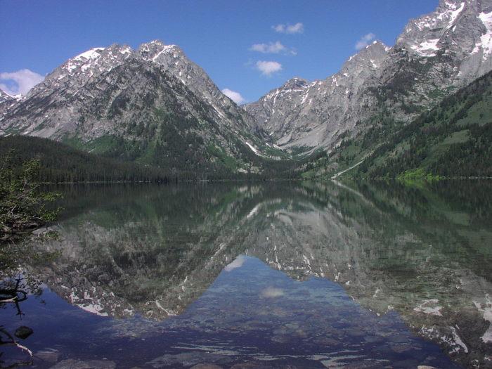 2. Leigh Lake contains 2 islands.