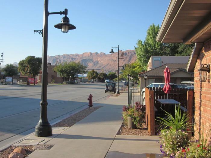 1200px-Moab,_Utah_looking_south