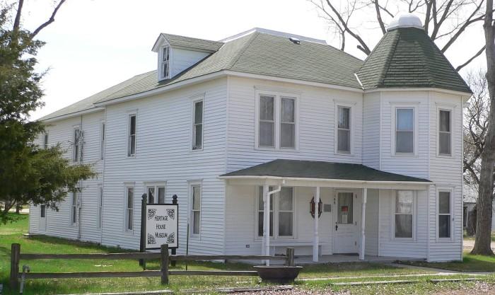 1600px-Miller_Hotel_(Long_Pine,_Nebraska)_from_NE