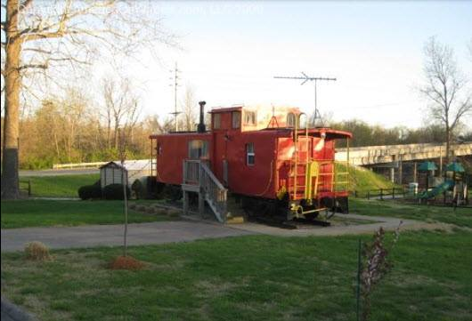 2.Kozy Caboose and Deluxe Log Cabins along Historic Route 66 near Eureka