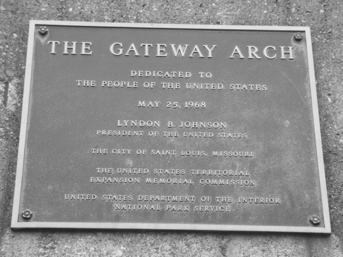 4.The arch was purposely placed at the site of St. Louis' original founding on the west bank of the Mississippi River.
