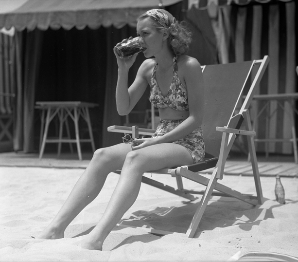 4. Jayne Wyman, a major celebrity in her day, hanging out on a SoCal beach.
