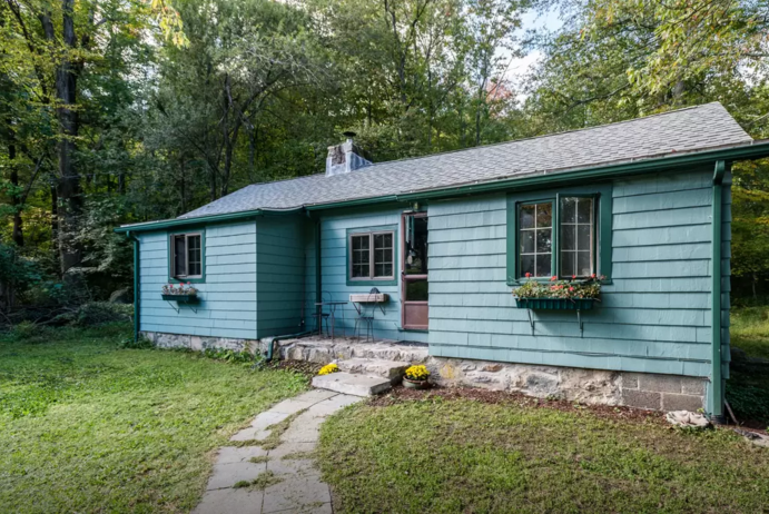 4. In addition to being the cutest shade of blue, this cottage sits right on a lake. And there's a tire swing!