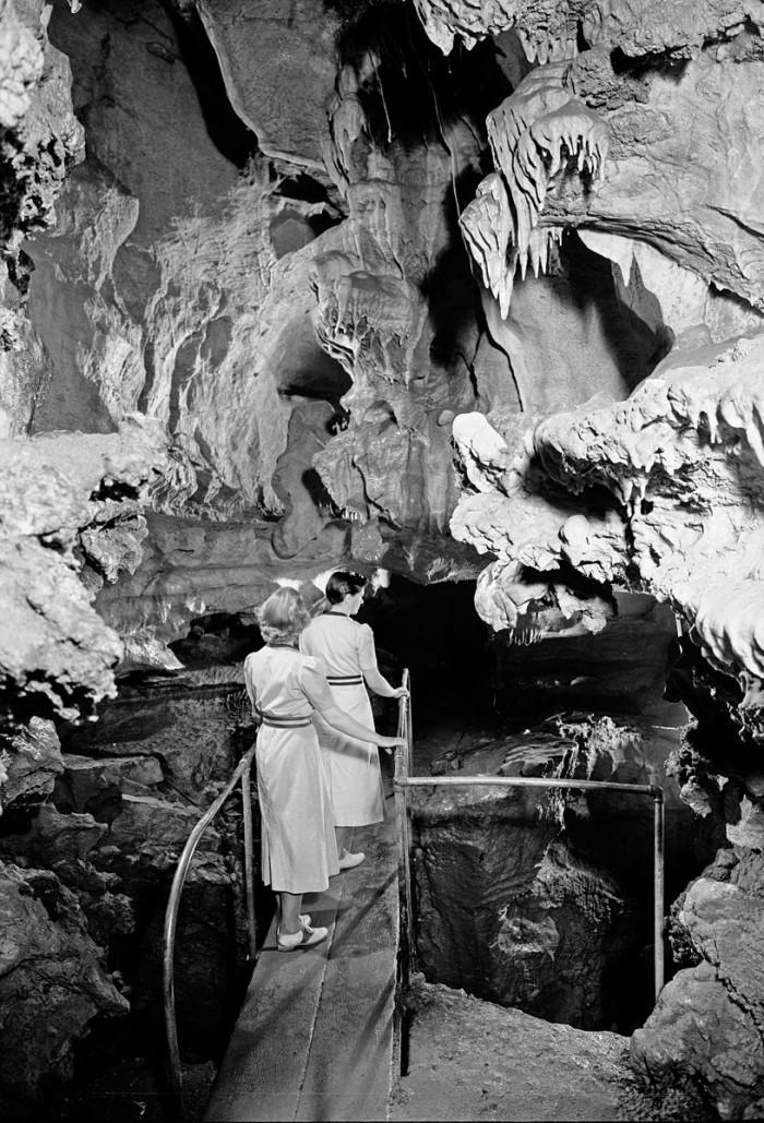 Women_exploring_the_Oregon_Caves