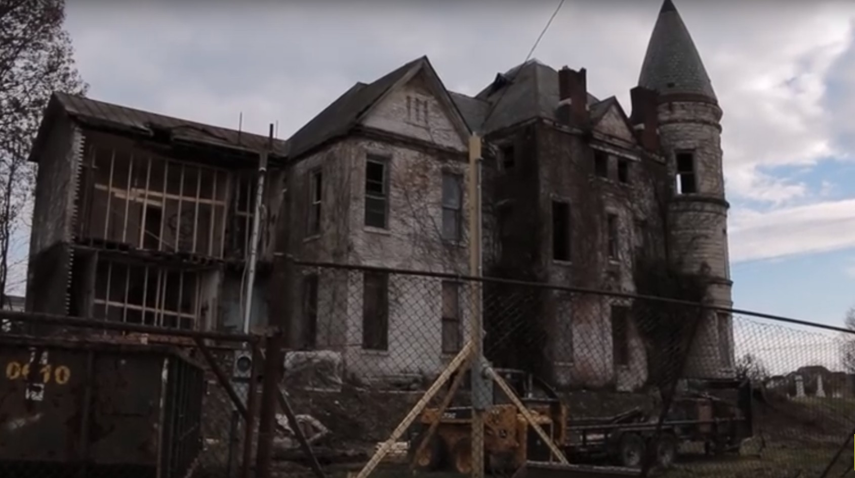 Urban Explorers Discover What S Inside An Abandoned