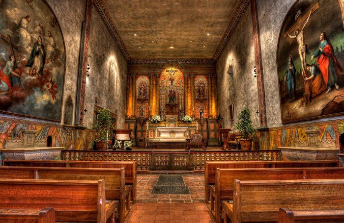 1280px-Mission_Santa_Barbara_chapel_interior-2