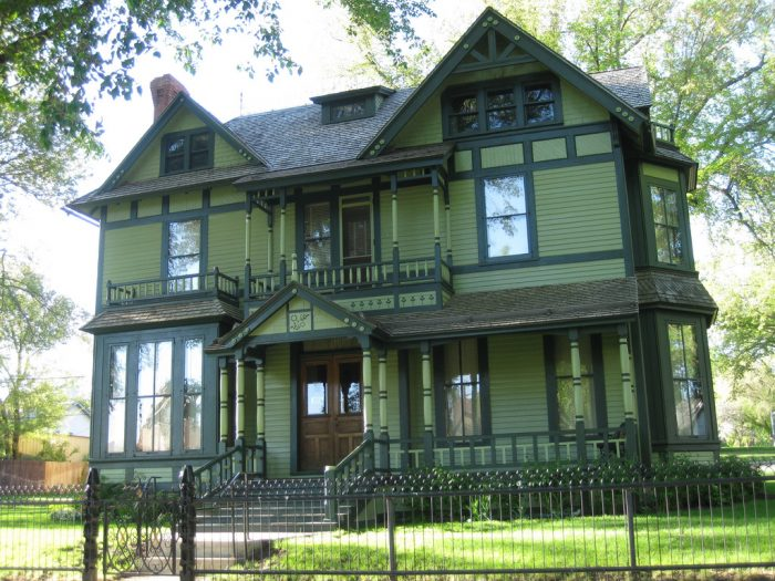 4. The color palette on this old mansion is certainly out of the ordinary. It's actually the Former Governor's Mansion in Bismarck.