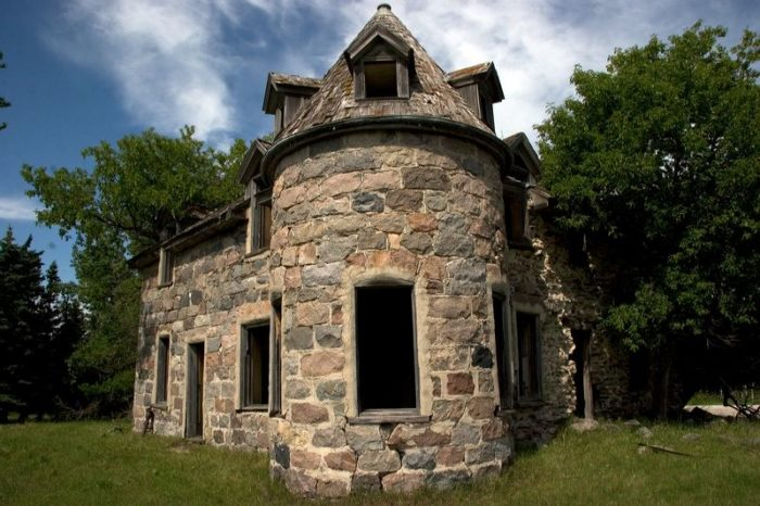 Built in 1905, it was a fortress compared to the average sod houses that stood on most farms back then. It was built from local limestone and granite by a Canadian architect.