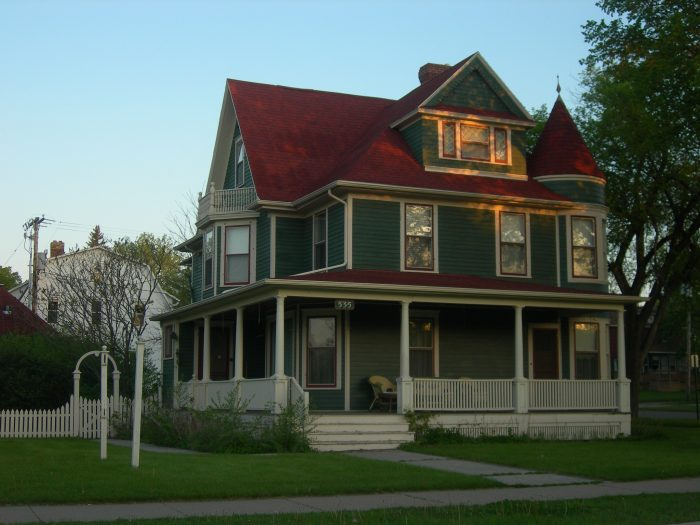 2. The colors of this old, large house in Valley City are enchanting, I'd love to see if the inside is equally colorful.