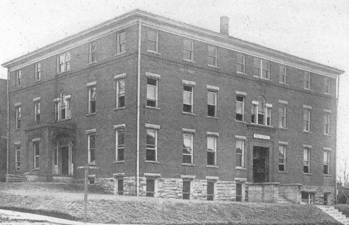 7.The University of Missouri High School in 1911.