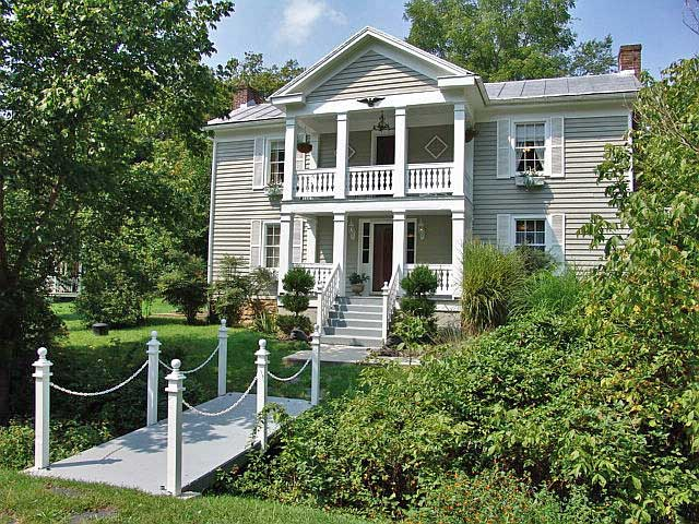2. Frog Hollow Bed and Breakfast (Lexington)
