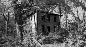 12 Creepy Houses In Iowa That Could Be Haunted
