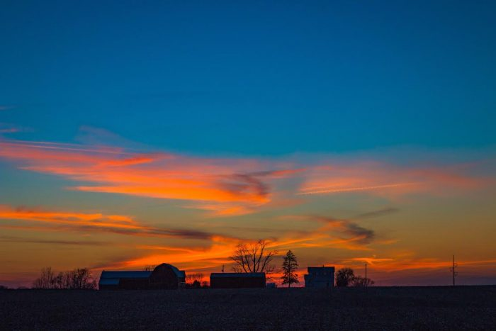 7. This farmhouse against a sunset in Farmersville is a heartwarming sight to behold.