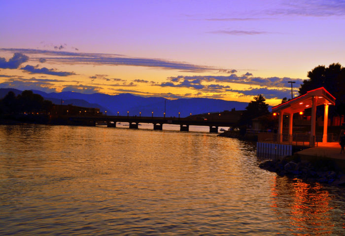 7. Lake Chelan looks absolutely magical at twilight.