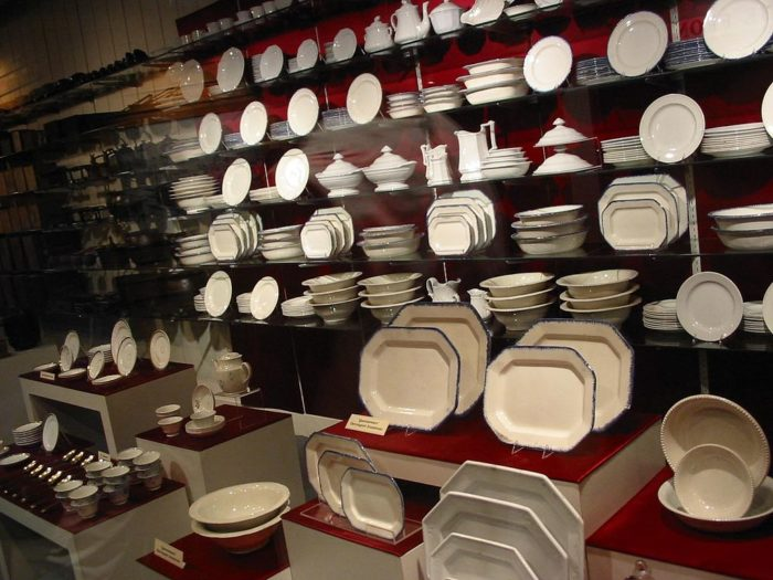 1024px-Dishes_Arabia_Steamboat_Museum