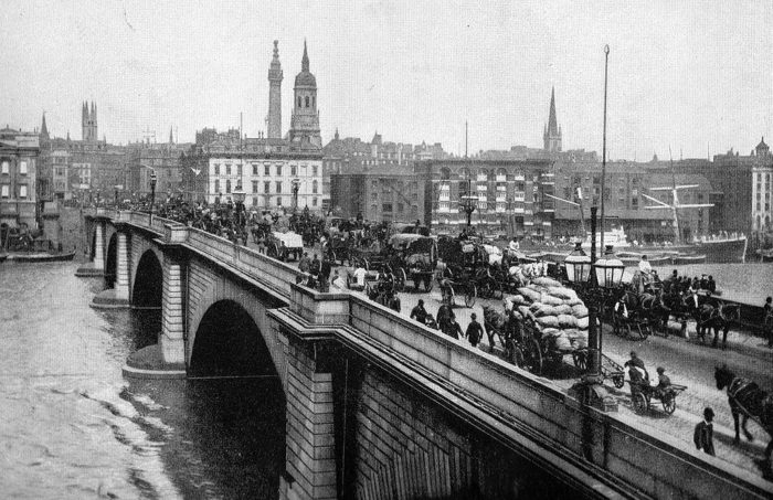 8. The New London Bridge opened in 1831 and soon became one of the busiest points in the city. In 1896, it was estimated that each hour, 8,000 people and 900 vehicles crossed the bridge. Holy cow!