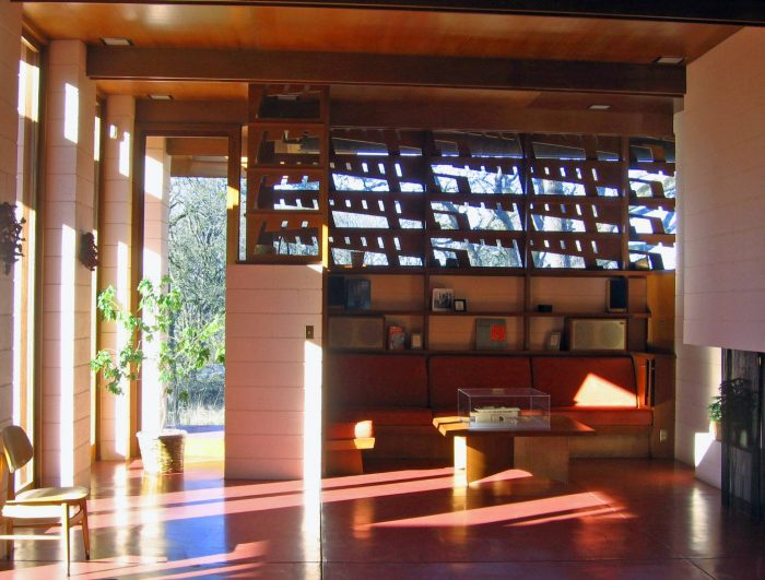Check out this unique frank lloyd wright house in oregon for Frank lloyd wright interior designs