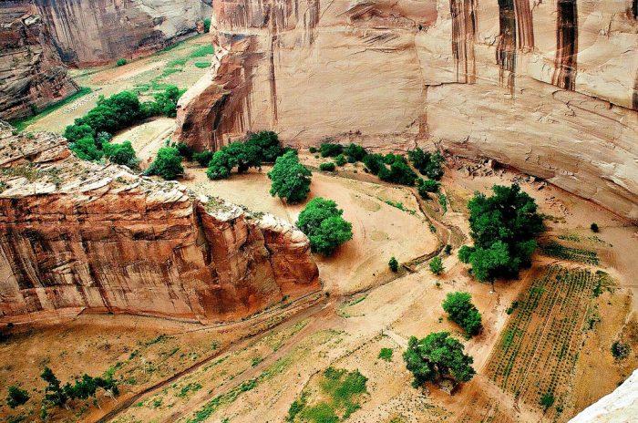 2. The name Canyon de Chelly comes from the Spaniards' attempt to pronounce Tséyi' and adding cañón as a noun.