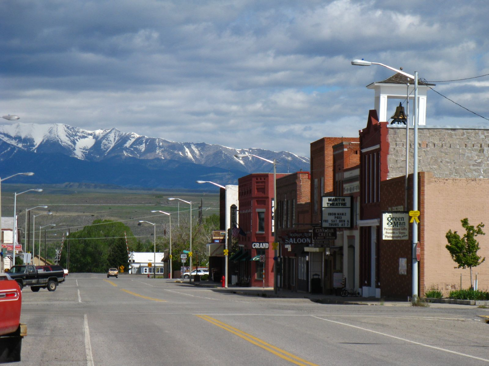 Small montana towns with amazing restaurants for Best small towns in tennessee to live