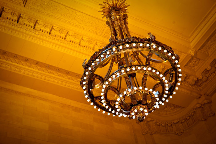 5. The gorgeous chandeliers with bare light bulbs aren't just featured for eye-catching purposes.