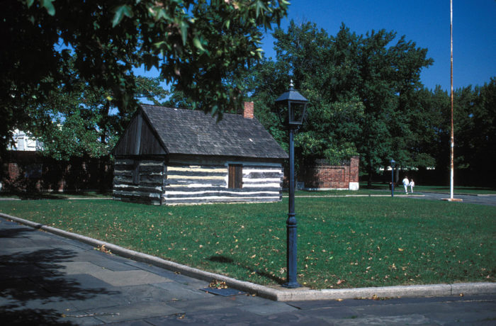1200px-LOG_CABIN_AT_FORT_CHRISTIANA,_NEW_CASTLE_COUNTY,_DELAWARE (1)