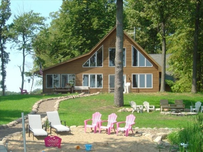 2. With lakeshore on Gladstone Lake and Little Lake Hubert you can't go wrong staying at this cabin for 8 in the Brainerd Lakes area. See the second beach and rent it here.