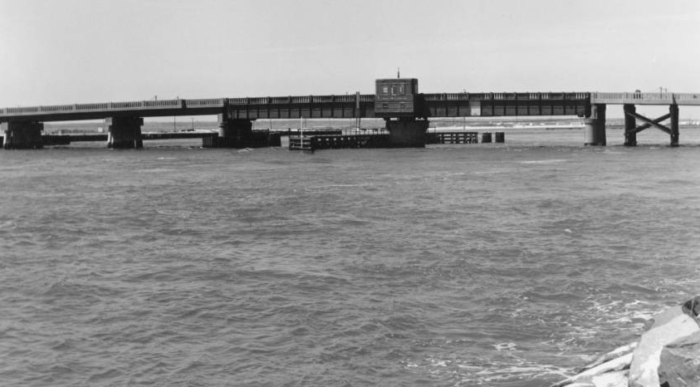 The replacement was a concrete and steel swing bridge, completed in May 1940.