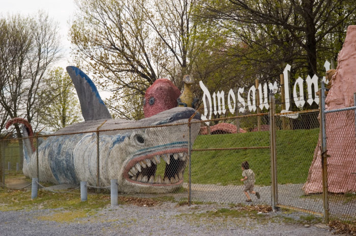 You can take your picture on some of the attractions, like the giant shark and the King Kong, perfect for Instagram lovers.
