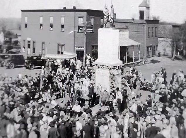 Skedee was home to Colonel Ellsworth Waters, self-proclaimed best auctioneer in the world. In 1926 he built a statue in the middle of town square, standing 25 ft. high, representing himself and an Osage Indian Chief shaking hands.