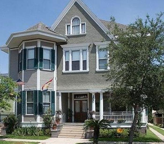 8) 1896 O'Malley House, 120 S. Pierce Street