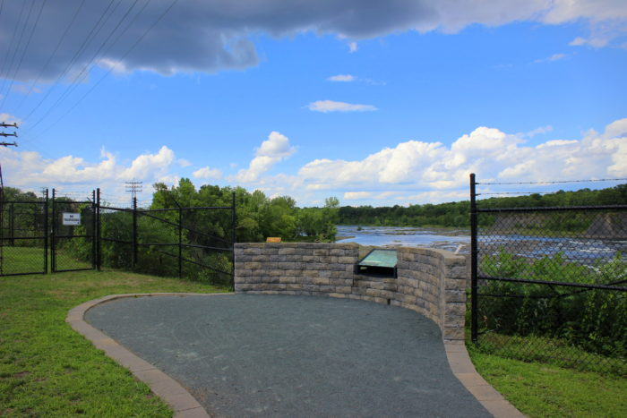 Continue walking down this path and you'll find what some consider to be the best lookout point of the two parks.